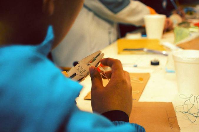 niño practicando con una pinza y cables